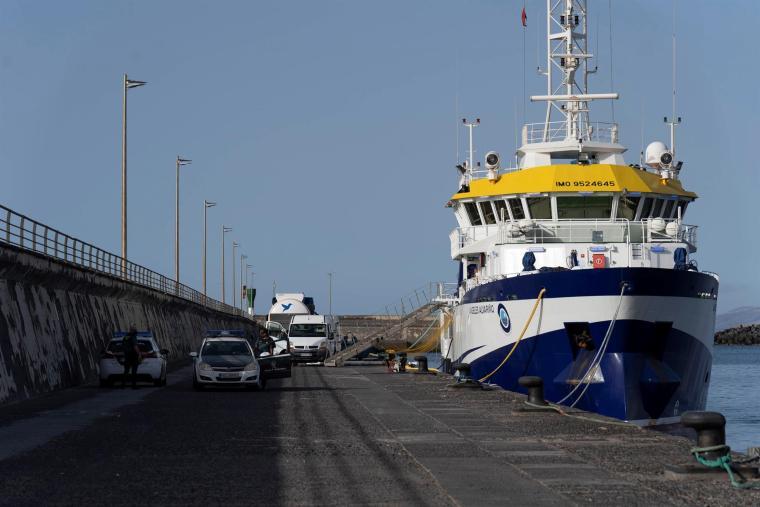 El buque Ángeles Alvariño, atracado en el puerto de Santa Cruz de Tenerife. EFE/Miguel Barreto