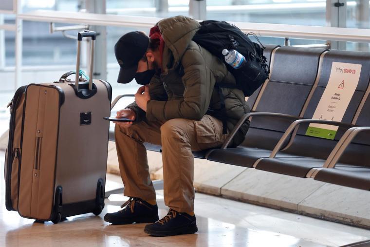 Un viajero revisa su teléfono en el aeropuerto de Madrid-Barajas. EFE/Chema Moya