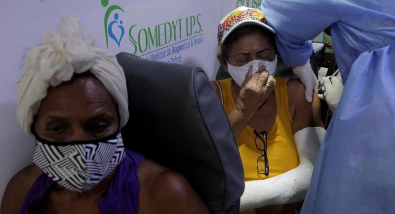 Una mujer recibe una dosis de la vacuna contra la covid-19, durante una jornada de inmunización en Cartagena (Colombia). EFE/RICARDO MALDONADO ROZO/Archivo