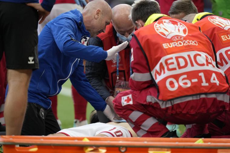 Los médicos atienden a Eriksen tras su desfallecimiento. EFE/EPA/Martin Meissner