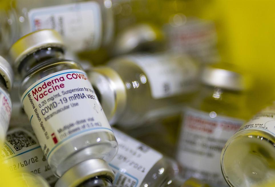Viales vacíos de vacunas contra la covid-19 en un centro de vacunación cercano a París. EFE/EPA/Ian Langsdon