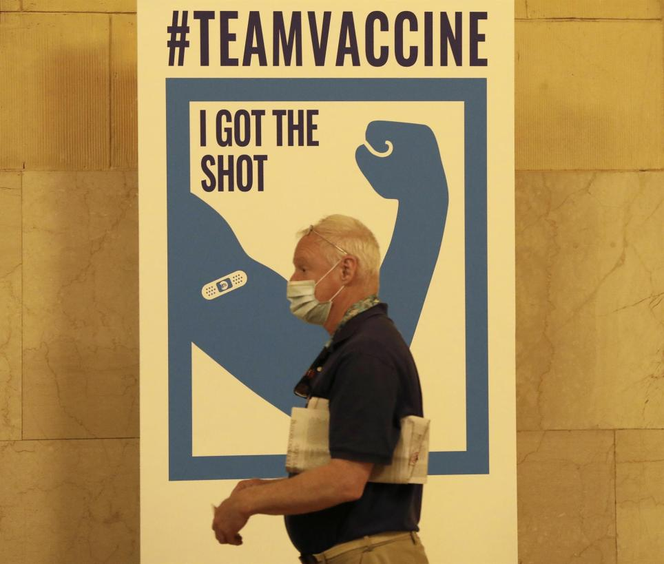 Un hombre recién vacunado contra la covid-19 en la estación Grand Central de Nueva York. EFE/EPA/Peter Foley