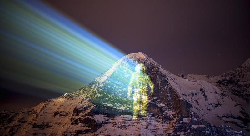 """Foto muestra la proyección de un astronauta sobre la cara norte del Monte Eiger (Suiza) hecha por el artista local Gerry Hofstetter. La muestra artística rinde homenaje a la misión """"Mars 2020"""" que llevó al planeta rojo al rover Perseverance. EFE/EPA/VALENTIN FLAURAUD/Archivo"""