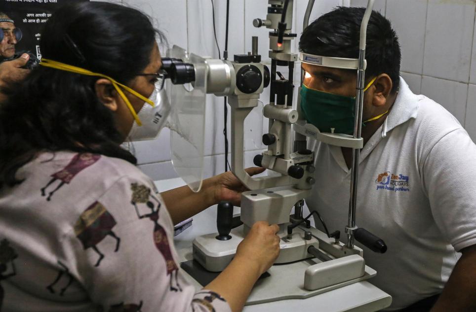 Una doctora examina a un paciente sospechoso de mucormicosis en el Navi Mumbai Municipal Corporation Hospital de Mumbai, India. EFE/EPA/DIVYAKANT SOLANKI/Archivo