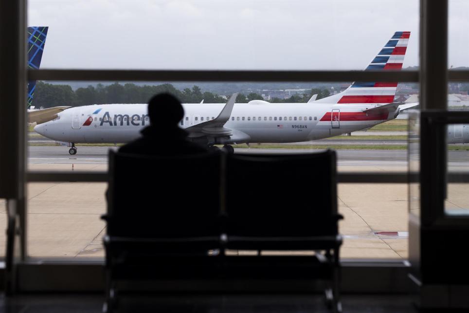 Un avión de American Airlines (Boeing 737-823) se desplaza a través de la pista del Ronald Reagan Washington National Airport en Arlington, Virginia. EFE/EPA/MICHAEL REYNOLDS/Archivo