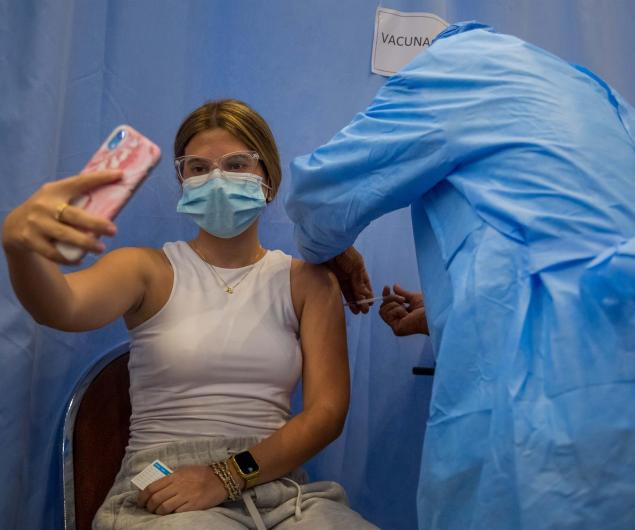 Una mujer recibe hoy una dosis de la vacuna contra la covid-19 en Caracas (Venezuela). EFE/Miguel Gutiérrez.