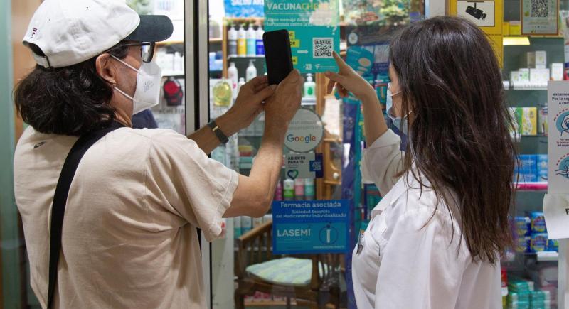 """EFE Verifica y el Consejo de Farmacéuticos colaboran en una iniciativa llamada """"VacunaCheck"""" para aportar información contrastada a pie de farmacia frente a los bulos sobre las vacunas contra la covid-19."""