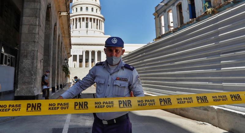 Un policía bloquea el paso en las áreas que rodean el Capitolio de la Habana, como medida en contra de las protestas antigubernamentales de los últimos días en la capital de Cuba, 13 de julio de 2021. EFE / Yander Zamora