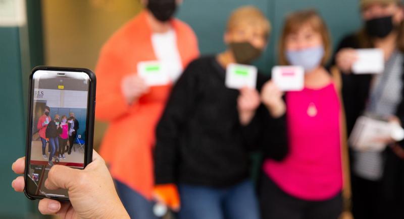 Cuatro profesoras posan para una foto tras ser inmunizadas con la vacuna de Moderna contra la covid-19 en la ciudad estadounidense de Revere. EFE/EPA/CJ Gunther