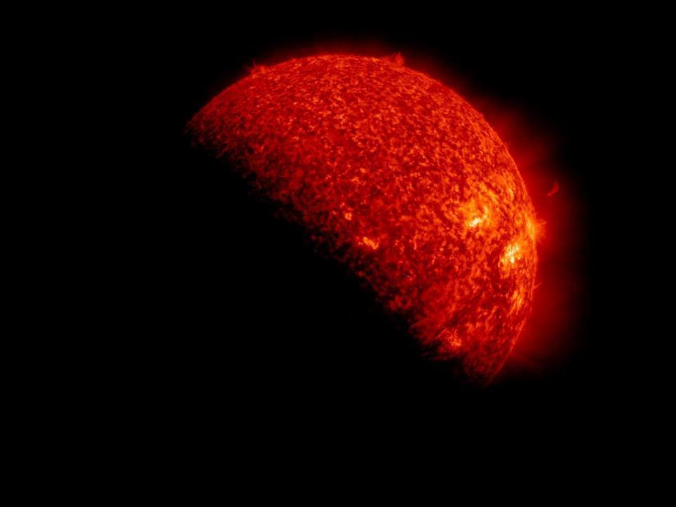 Una fotografía sin fecha de un folleto de la NASA disponible el 9 de noviembre de 2012 que ilustra al Sol y la temporada de eclipses de ese año. EFE/NASA/SDO/S. Hill/Archivo