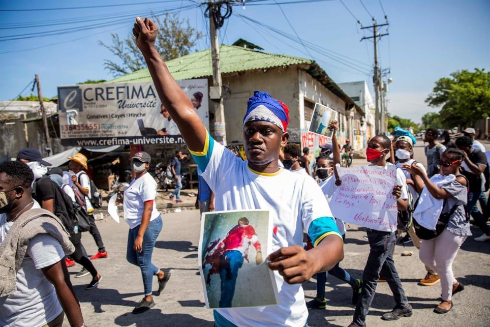 Decenas de estudiantes de la Universidad Estatal de Haití se manifestan en las calles de Puerto Príncipe, contra la inseguridad y en repudio al asesinato del presidente del Colegio de Abogados del país, Me Monferrier Dorval. EFE/Jeanty Emmanuel/Archivo.