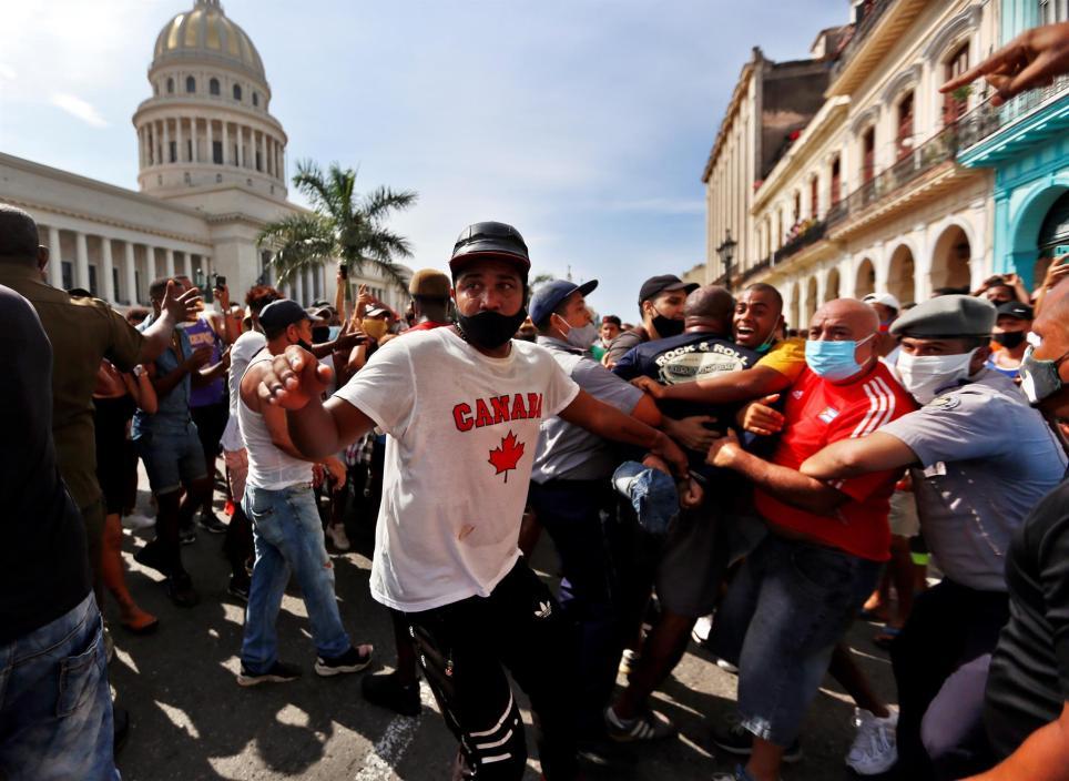 Policías arrestan a manifestantes que protestan el 11 de julio contra el Gobierno cubano frente al Capitolio en La Habana. EFE/Ernesto Mastrascusa