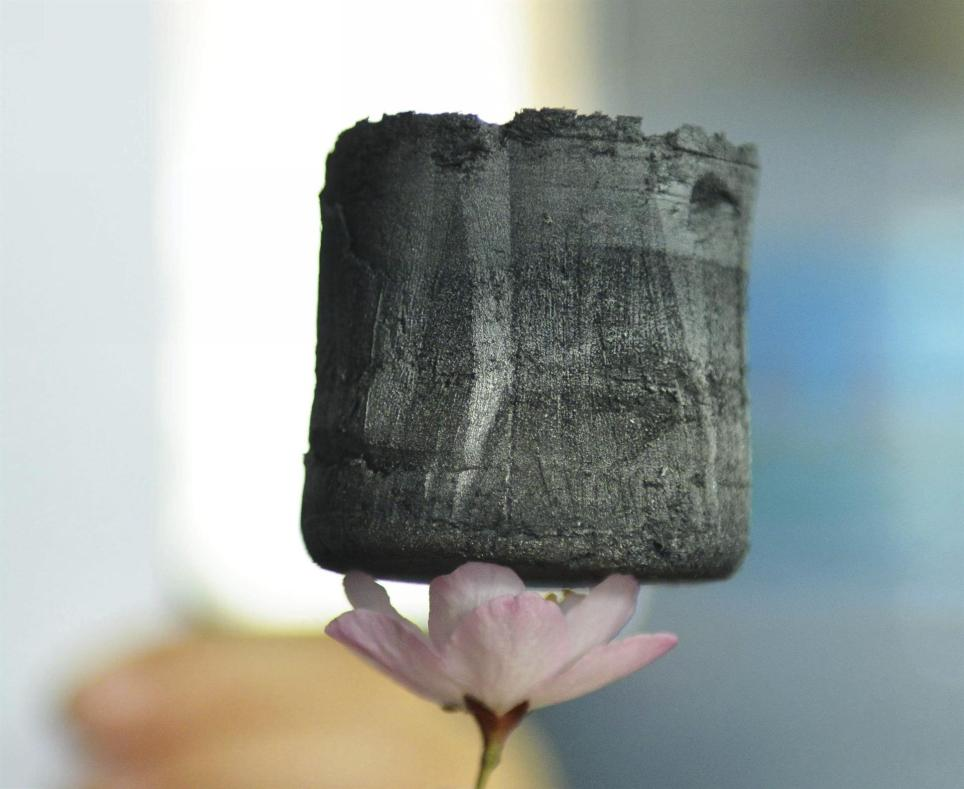 Una pieza de gel de grafeno en un laboratorio de la ciudad china de Hangzhou. EFE/Long Wei