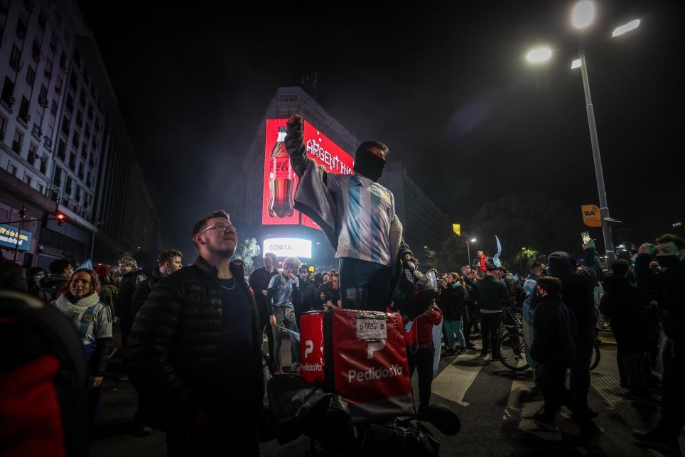 Aficionados de Argentina celebran el título de campeón de la Copa América de la selección de fútbol de mayores en el monumento el Obelisco en Buenos Aires (Argentina).  EFE/Juan Ignacio Roncoroni