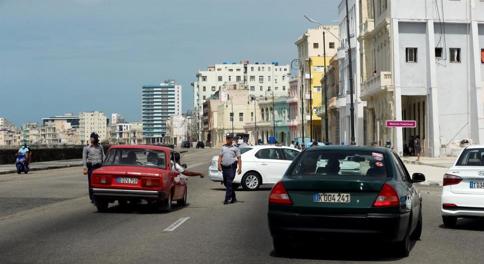 """Un grupo de policías impide el paso el 11 de julio de 2021 por una zona del malecón habanero, en La Habana (Cuba). Cientos de cubanos salieron este domingo a las calles de La Habana al grito de """"libertad"""" en manifestaciones. EFE/Ernesto Mastrascusa"""