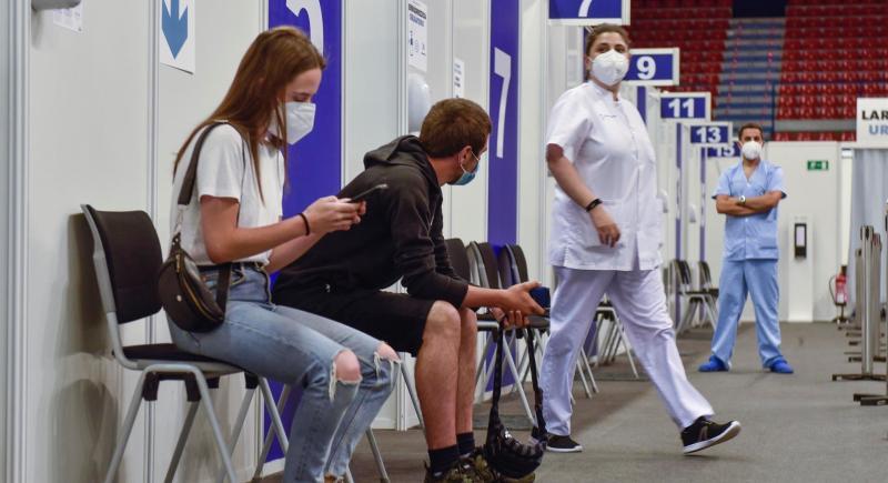 Uno de los centros habilitados para la vacunación masiva anticovid de jóvenes entre 16 y 29 años en Bilbao. EFE/Miguel Toña.