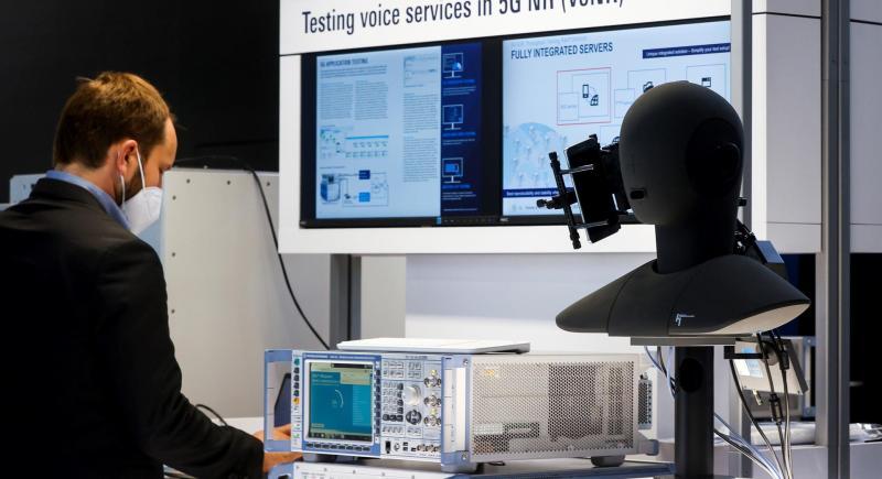 Una persona comprueba la tecnología 5G aplicada a la voz. EFE/Quique García
