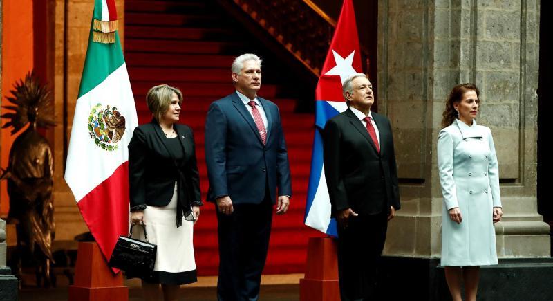 El presidente de México, Andrés Manuel López Obrador (2d), junto a la primera dama mexicana, Beatriz Gutiérrez Müller (d), reciben en el Palacio Nacional al presidente cubano, Miguel Díaz-Canel (2i), y a la primera dama cubana a, Lis Cuesta (i). EFE/ José Méndez/Archivo