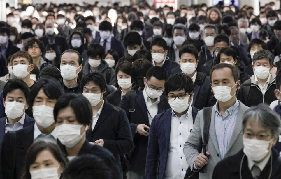 Trabajadores llevan mascarillas protestas para evitar la infección por coronavirus en Tokio, Japón, el 6 de abril de 2020. EFE/EPA/KIMIMASA MAYAMA/Archivo