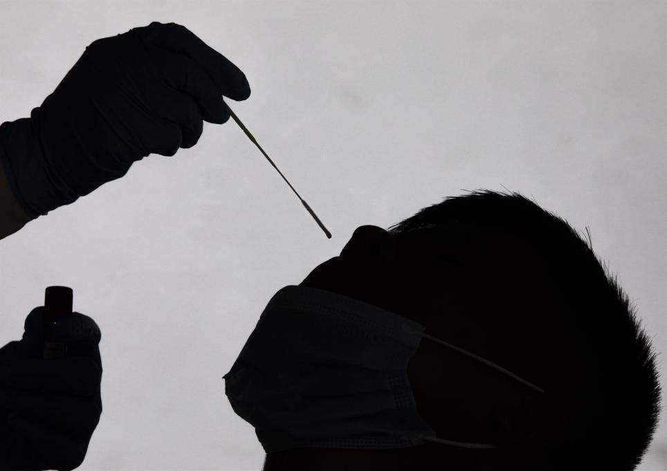 Un trabajador sanitario recolecta una muestra nasofaríngea para una prueba PCR en Kathmandu, Nepal, 04 de agosto 2021. EFE/EPA/NARENDRA SHRESTHA/Archivo